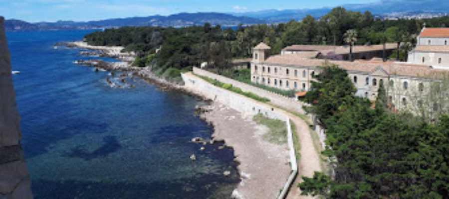Île Saint-Honorat shoreline